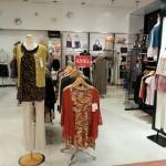 茅ヶ崎中央店内、ボディと傾斜ハンガーに、チュニックとパンツを飾ってある。