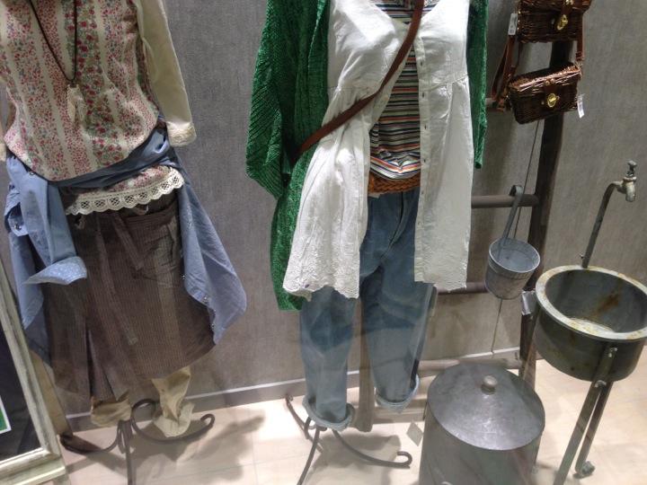 店頭ディスプレイの様子。ナチュラルな服を着せたボディ。